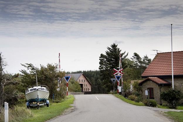 Jernbaneoverkørslen i Todbøl. I baggrunden til venstre ses gården Store Todbøl, hvor der efter turen Thisted er kaffebord, udstilling og foredrag, og til højre ses stationsforstanderens gule hus, mens selve stationsbygningen blev nedrevet i 1967, da stoppestedet blev nedlagt som trinbræt. Foto: Peter Mørk