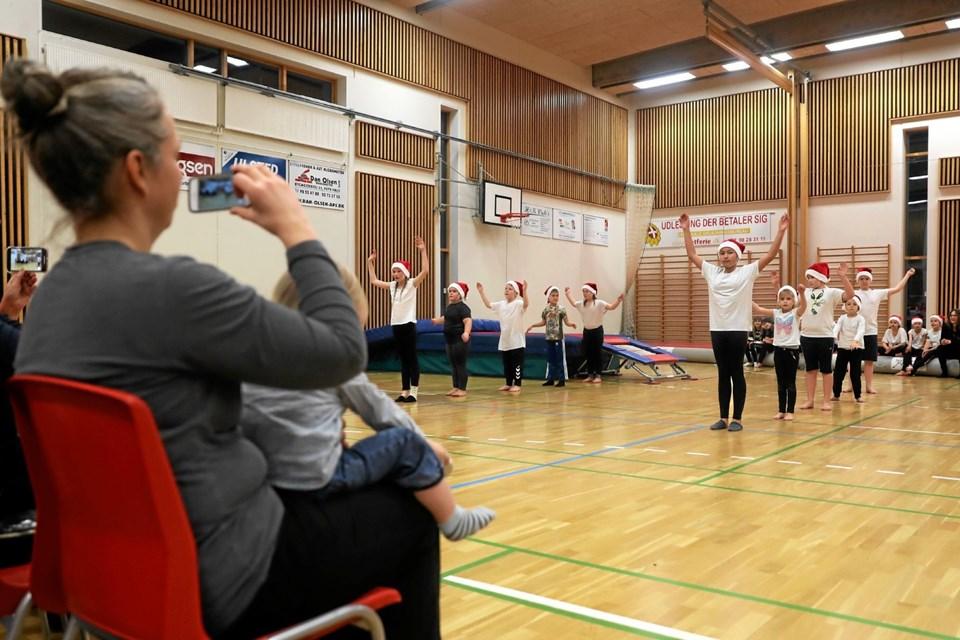 Julefesten blev blandt andet krydret med en gymnastikopvisning. Foto: Allan Mortensen Allan Mortensen
