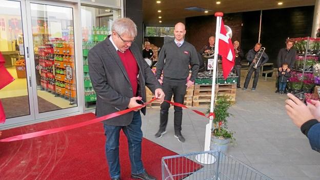 Borgmester Arne Boelt klippede den røde snor og erklærede Meny Løkken for åben. ?Foto: Kirsten Olsen