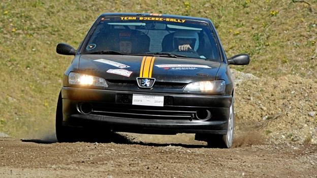 Niels og Inger Bjerre præsterer flot rallytempo i deres Peugeot 306 GTI.