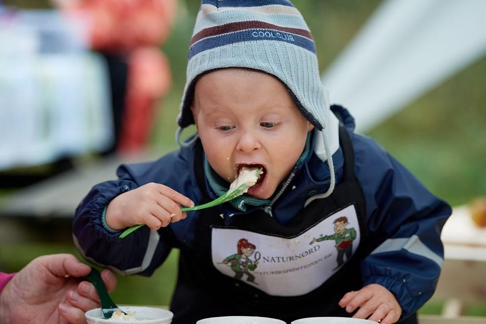 Der var masser af smagsprøver undervejs til torsdagens pop up vildmarkskøkken i Aars Skov. Foto: Henrik Bo