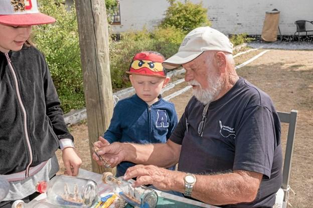 Cecilie og Martin fra Flensborg var blandt de mange besøgende, og de lytter interesseret til Flemming Stanges fortællinger om skibsbyggeri. Foto: Niels Helver Niels Helver
