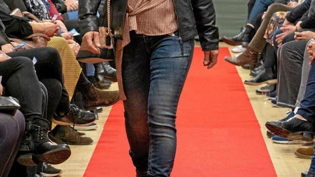 Gitte viser smart tøj, der nemt kan anvendes til enhver lejlighed. Foto: Privatfoto Privatfoto
