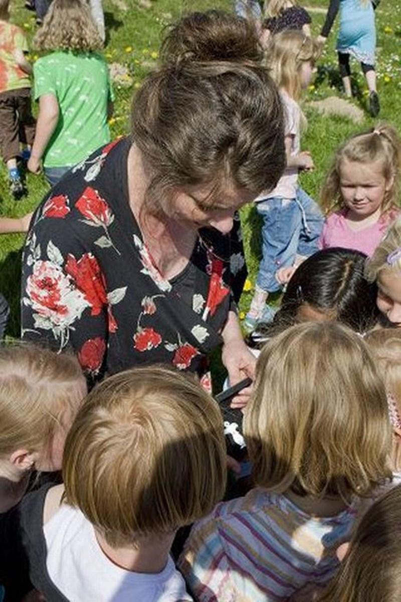 Anne Marie Johansen har haft gode oplevelser sammen med børnene i Ravnshøj. Foto: Carl Th. Poulsen