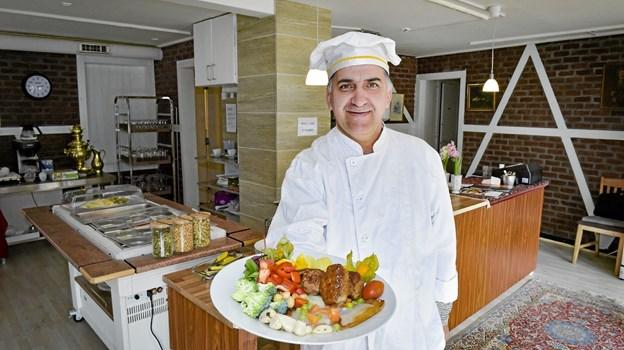 Morad Pashei har åbnet Buffet Martin på Nørretorv i Thisted. Han laver også god dansk mad. Foto: Ole Iversen