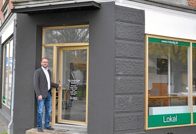Mads Vestergaard har overtaget lokalerne efter en designforretning på hjørnet af Slotsgade og Tranebærvej og valgt farverne udvendigt efter råd fra implicerede i Midtby Projektet. Foto: Ole Torp