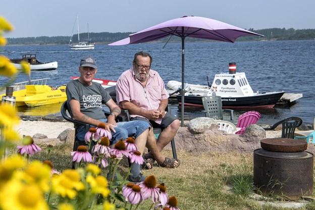 Peter Skov (til venstre) og Rye Thomsen, henholdsvis formand og næstformand hygger sig i solen.
