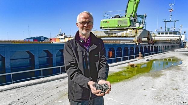Den første håndfuld granitskræver fra den 2350 tons store skibsladning. Foto: Ole Iversen