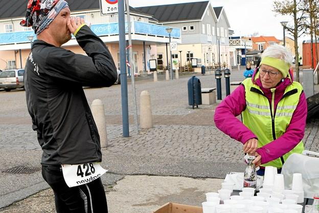 Den anden medarrangør, Tove Borg (t.h.) ses her i rollen som hjælper ved en tidligere udgave af Hals Barre Marathon Foto: Allan Mortensen