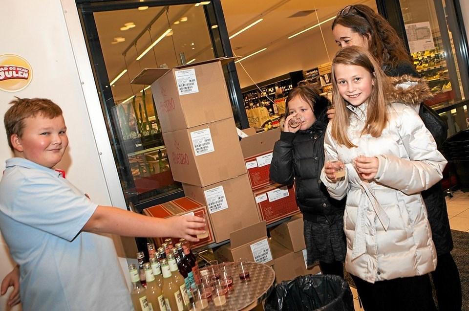 Ved indgangen til Dagli'Brugsen i Bindslev, stod Viktor og delte smagprøver på økologisk sodavand ud. Foto: Peter Jørgensen