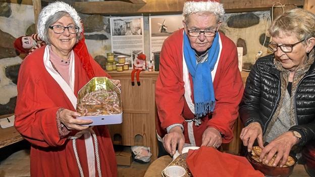 Jette Koldtoft (tv), Preben Visby og Ingrid Pedersen sørgede for at få delt masser af gratis æbleskiver og gløgg ud til gæsterne. Foto: Ole Iversen Ole Iversen