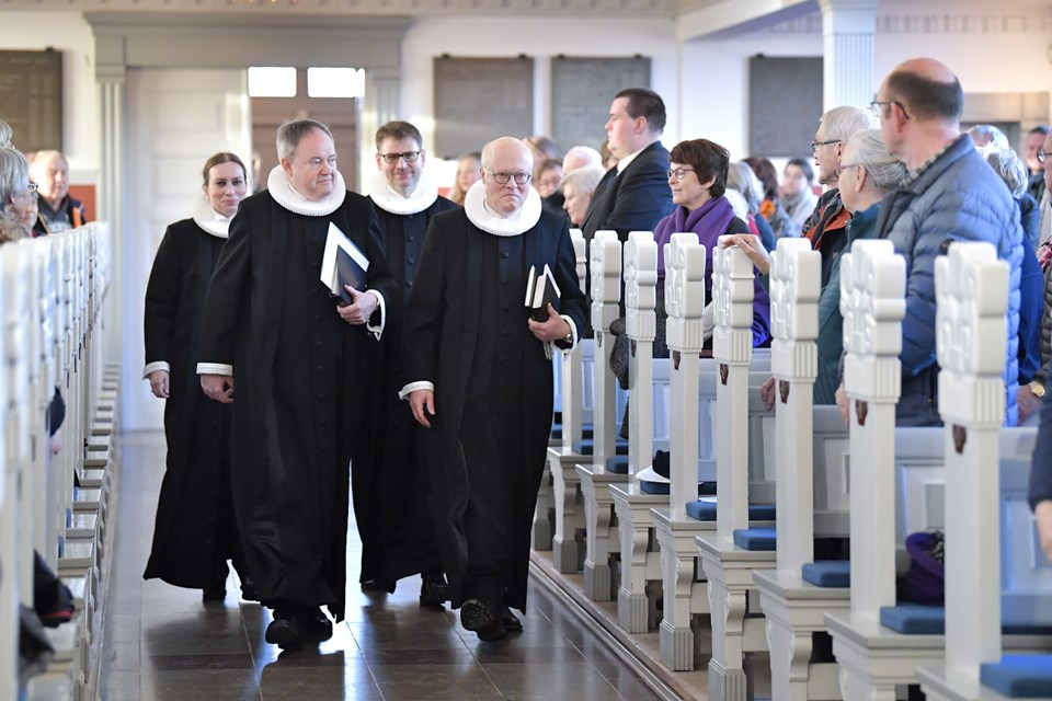Glæde i sognets kirke i Skagen, da præst Niels Berthelsen skal indsættes i Skagen Kirke. Foto: Bente Poder