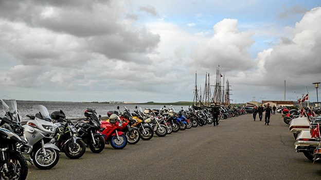 Masser af motorcykler linet op på havnearealet. Foto: Mogens Lynge