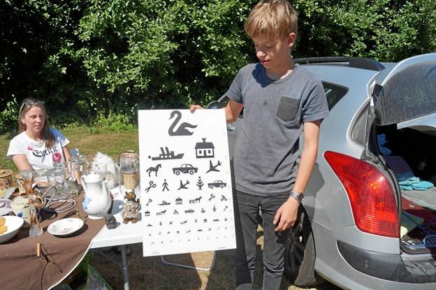 Nu kan man tage synstest derhjemme. Her Jeppe Rasmussen fra Løkken med en tavle til synsprøver. Privatfoto