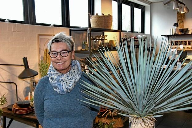 Indehaveren af Butik Blomsten, Dorthe Holm fortæller at man har fået mange nye ting på hylderne i de forgangne 10 år. Foto: Hans B. Henriksen