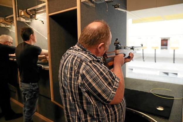 Fondsbestyrelsen fik også lov at teste skydefærdighederne. Her er det formand, Ole Steen Jensen, der tager sigte. Foto: Allan Mortensen