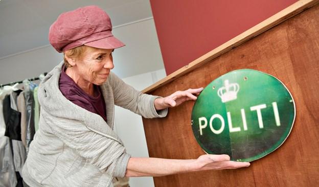 Kristina Thomsen demonstrerer, hvordan kulisseflader hurtigt kan ændres - her til politistation.