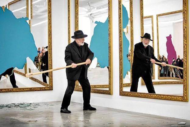 En video af kunstneren Michelangelo Pistoletto, der smadrer store spejle med en kølle, er gået viralt. Foto: Kunsten