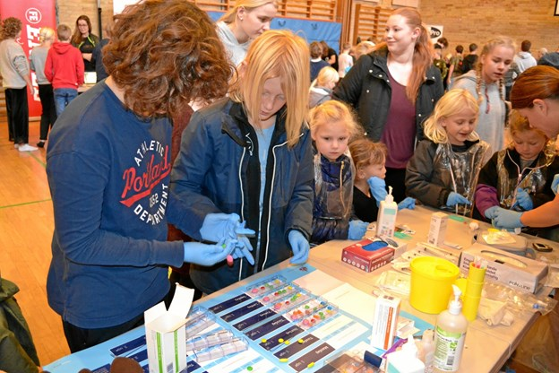 Det var det rene pille-arbejde ved sosu-hjælperens stand på Mariager Skole. Privatfoto