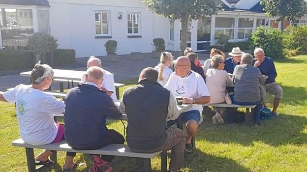 Flere af de mange borde/bænke var fyldt op med deltagere. Foto: privat.