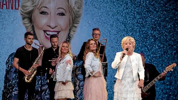 Da Birthe Kjær & Feel Good Band gik på scenen med gamle dansktopmelodier kom solen frem over festpladsen. Foto: Peter Jørgensen Peter Jørgensen