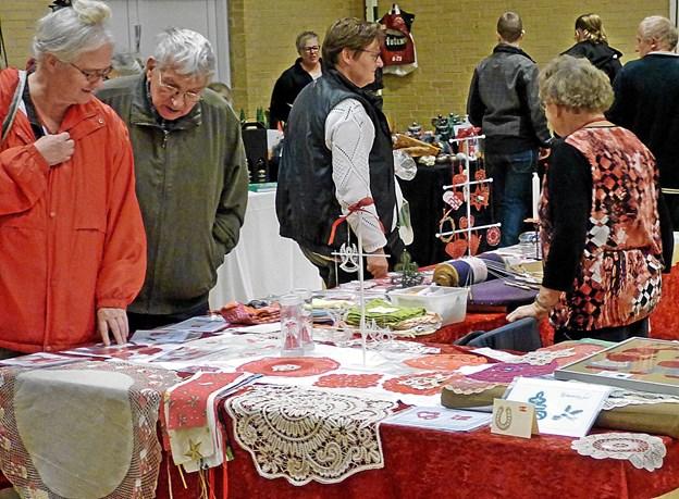 Der blev også udbudt mange fine kniplede ting til salg på julemarkedet i Skelund. Foto: Ejlif Rasmussen Ejlif Rasmussen