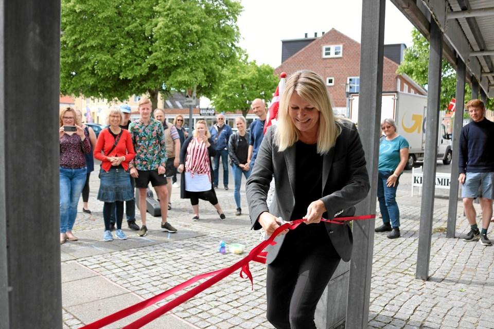Under overværelse af et halvt hundrede gæster kunne borgmester Birgit Hansen klippe den røde snor og erklære Galleri Siv for åbent. Foto: Tommy Thomsen