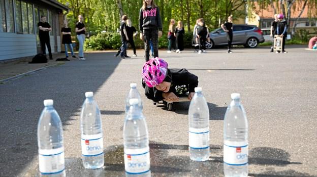 Sjov vandflaskebowling på skateboard hos spejderne MICHAEL MADSEN  OCTOMEDIA