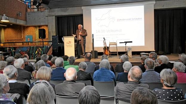 Ole Nørgaard fra Vendsyssel-Gildet byder de mange deltagere velkommen til dialektstævnet. Foto: Jørgen Ingvardsen Jørgen Ingvardsen