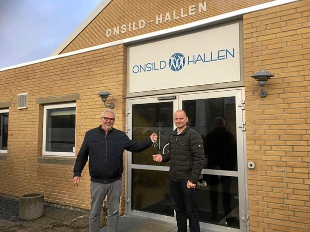 Elmo Plougstrup overdrager nøglerne til Onsild Hallen til Michael Loft, formand for Mariagerfjord Idrætsskole. Privatfoto