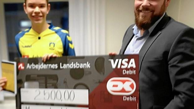 Der var også kontantafregning i form af en check, som filialdirektør Thomas Precht Levorsen overrakte til Marcus Linkhorst.