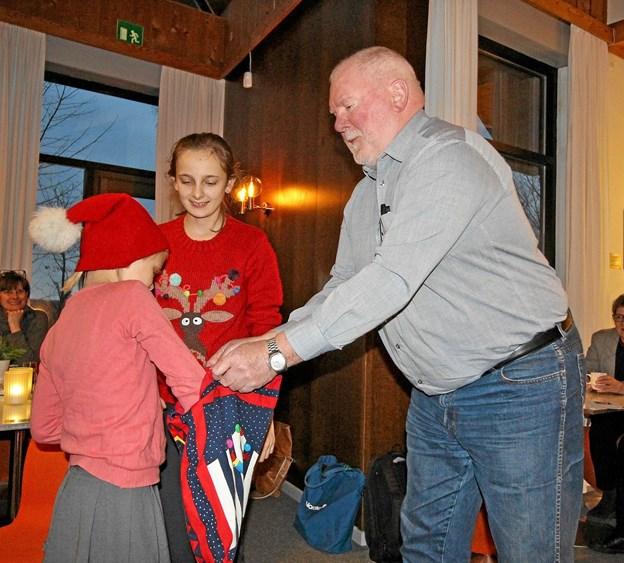 Formanden for Kunstcentrets Venner, Christian N. Christensen, fik god hjælp af to nissepiger, da vinderne af det store julelotteri skulle findes.Foto: Jørgen Ingvardsen