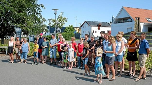De mange kræmmere er samlet og venter spændt på afsløringen af Årets Loppebod. Foto: Niels Helver