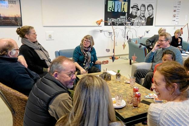"""Marianne Isager (for bordenden) og hendes mand Nels Gaardahl (i sofaen til højre) hyggede om gæsterne i """"Koserummet"""". Foto: Niels Helver Niels Helver"""