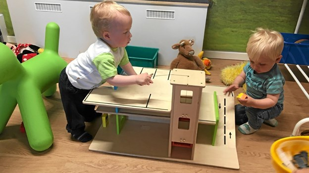 De små bevæger sig hjemmevant rundt på Østervrå Bibliotek, hvor både bøger og legehjørne er populært Foto: Åse Bakland
