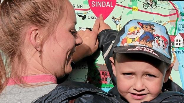 Bertram Hegaard fortæller sin mor Mai, hvor Sindal ligger. Foto: Peter Jørgensen Peter Jørgensen