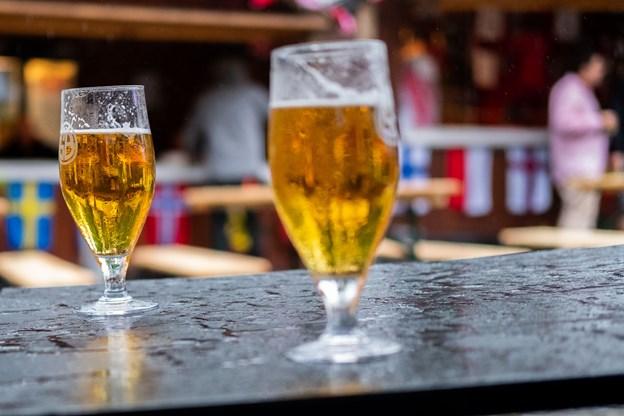 Trods blæst og regn blev der solgt øl ved VM-premieren. Foto: Lasse Sand