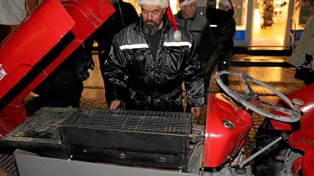 Så gøres der klar til at grille pølser. Foto: Flemming Dahl Jensen Flemming Dahl Jensen