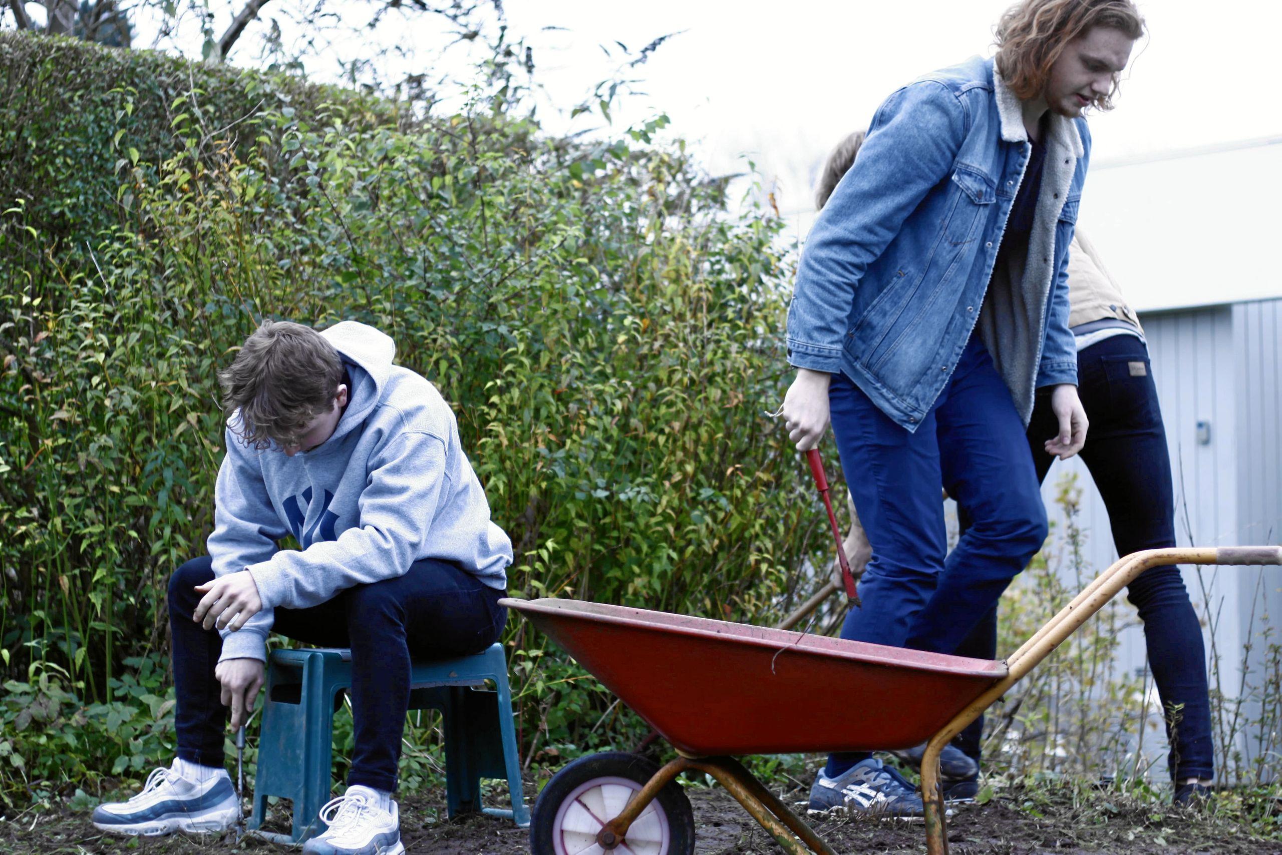 Skal haven gøres efterårsklar eller huset shines op, så står tusindvis af unge klar på onsdag.PR-foto