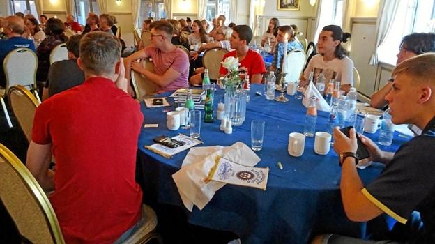 De mange deltagere i ungdomscampen er her samlet på Dronninglund Hotel. Privatfoto
