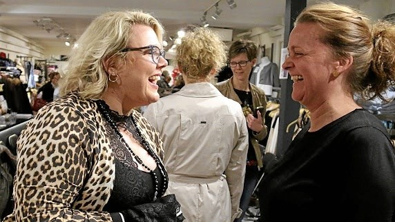 Butikschef Anette Bitch Madsen (t.h.) under forårets modeshow hos She Fashion i Adelgade 13. ?Foto: Erik Røgild