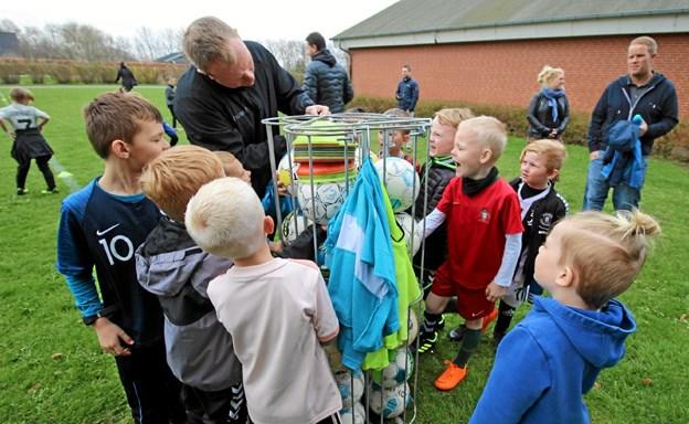 Da fodboldene endelig kom frem, trippede de unge spillere for at komme i gang med træningen. Foto: Jørgen Ingvardsen Jørgen Ingvardsen