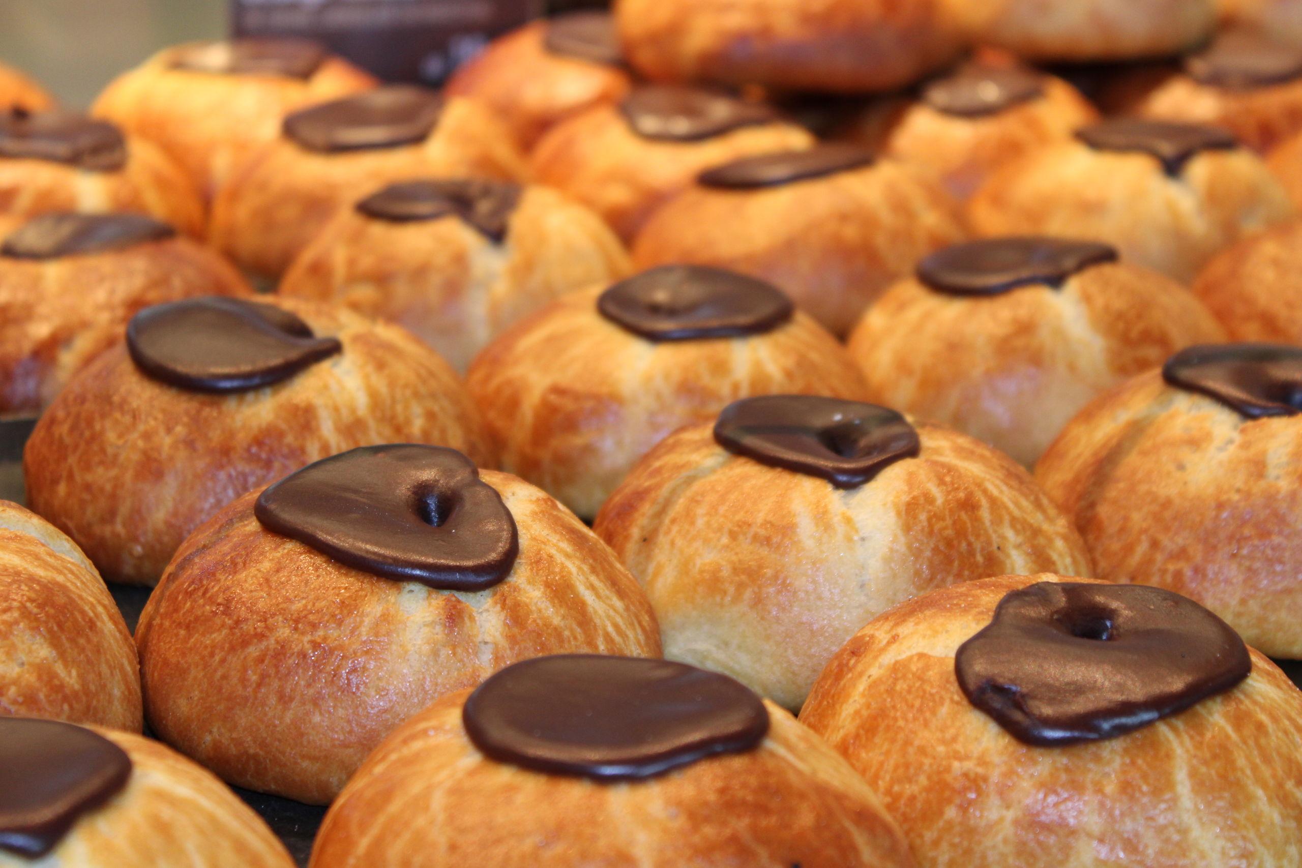 Hos Lagkagehuset kan du blandt andet få fastelavnsboller med frugt eller bær, chokoladecreme, marcipan og de gammeldags af slagsen med creme og chokolade, som vises her. Foto: Pauline Vink