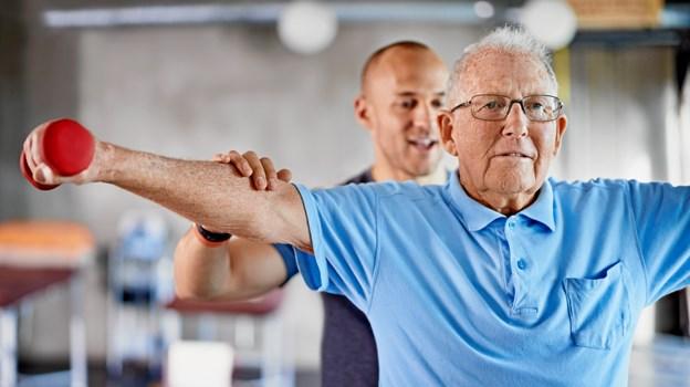 Ønsket om en aktiv alderdom får stadig flere ældre til at lægge vejen forbi en fysioterapeut. I kommunen var der i 2017 725 ældre,. der søgte behandling hos fysioterapeuten og det steg til hele 1105 i 2018. Foto: Yuri Arcurs.