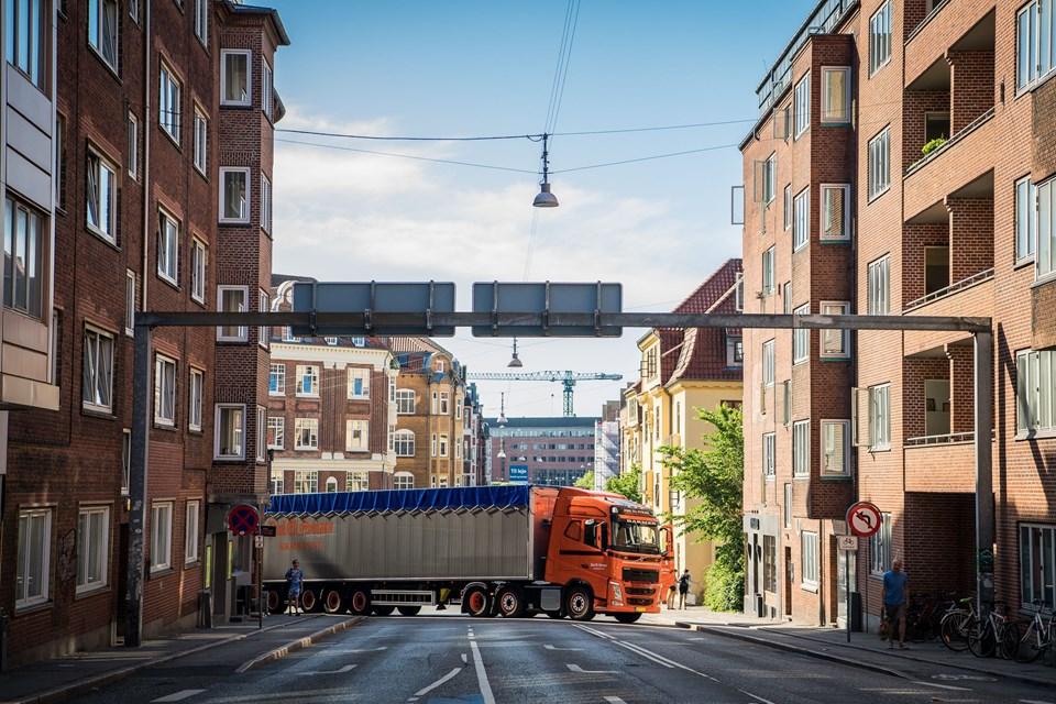 Afspærring med lastbiler for at beskytte karnevalsgæsterne. Foto: Martin Damgård