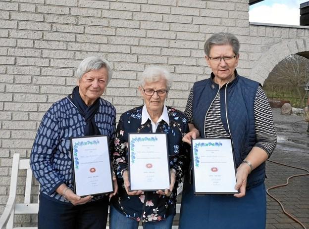 De tre æresmedlemmer - Erna Frederiksen, Grete Munk og Inge Dalsgaard - med deres diplom. ?Privatfoto