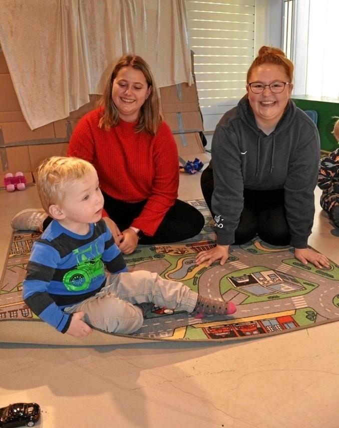 Eleverne (fra venstre) Zenia Neess og Kamilla Nielsen fra Pædagogik og Sundhed på KUU. Privatfoto