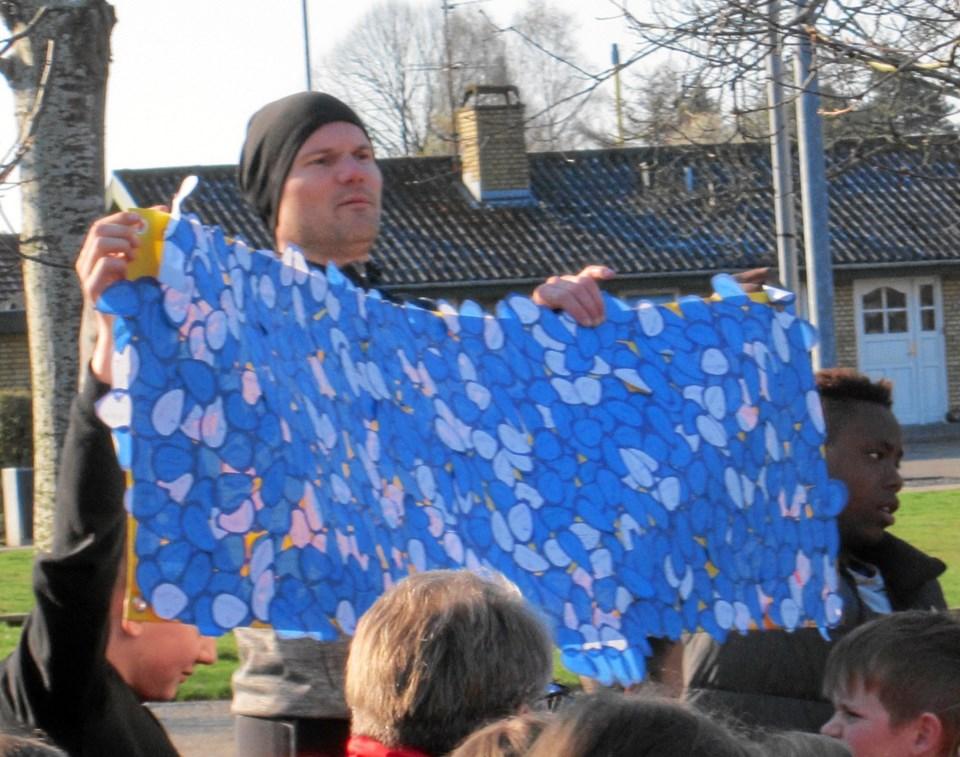 Pædagogisk mellemleder på Terndrup Skole Mikael Drejer viser før løbsstarten de mange indkomne bidrag til børnelungefonden, markeret som særskilte klistermærker på et stort banner.