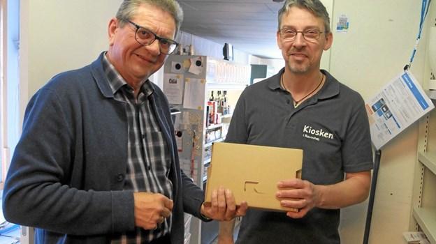 Gordon Dalsgaard, til venstre, distriktschef i PostNord, var på plads torsdag formiddag for at give de sidste dessiner til Michael Thomsen, kioskindehaver og nu også pakkemester. Foto: Gunnar Onghamar