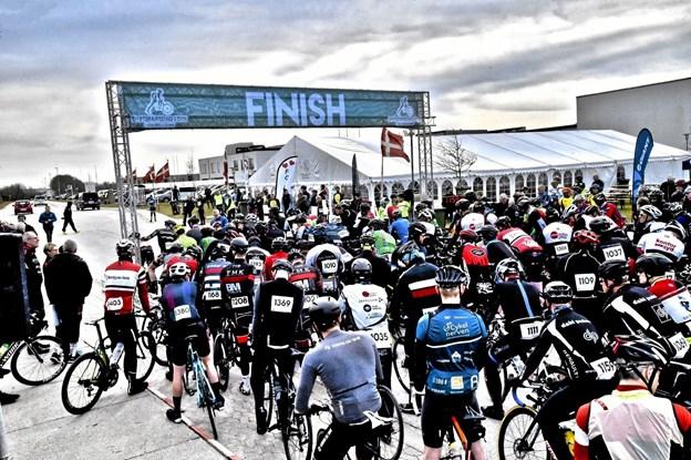 Lørdag 6. april står cykelryttere og løbere klar ved Thy Hallen til En Forårsdag i Thy. Arkivfoto Ole Iversen